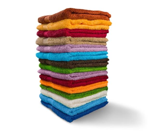 Stapel pluizige handdoeken op achtergrond
