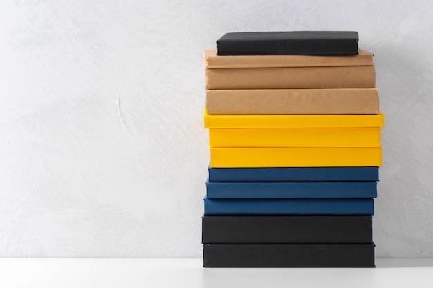Stapel pocketboeken op een tafel
