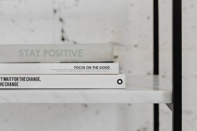 Stapel psychologieboeken op een witmarmeren plank