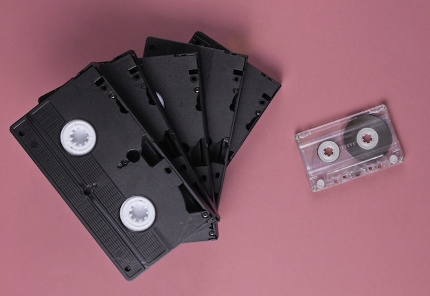 Stapel retro video- en audiocassettes op roze