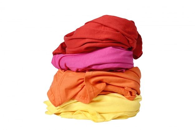 Stapel rommelige kleding