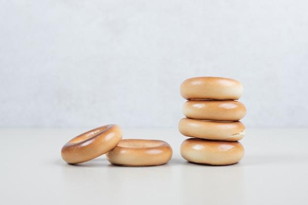 Stapel ronde crackers op beige oppervlak
