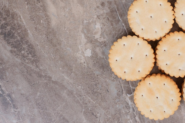 Stapel ronde crackers op marmeren oppervlak.