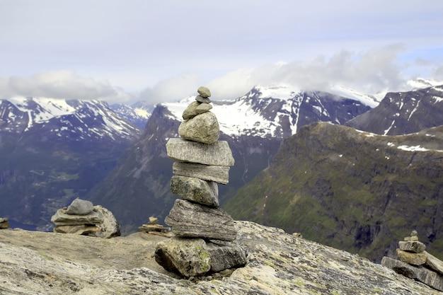 Stapel rotsenstenen in de bergen