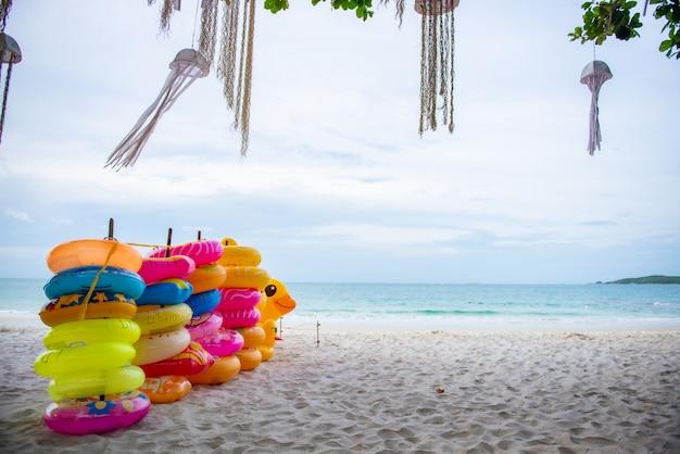 Stapel rubberen ring voor mensen om te spelen in de zee op een strand