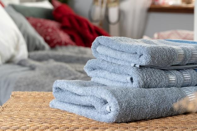 Stapel schone handdoeken op houten lijst in slaapkamer