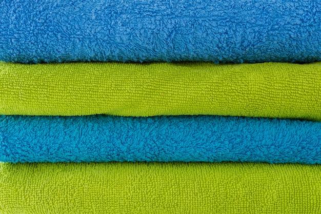 Stapel schone zachte handdoeken op witte achtergrond