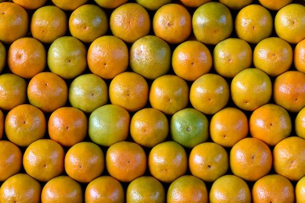 Stapel sinaasappelen met symmetrisch gerangschikt