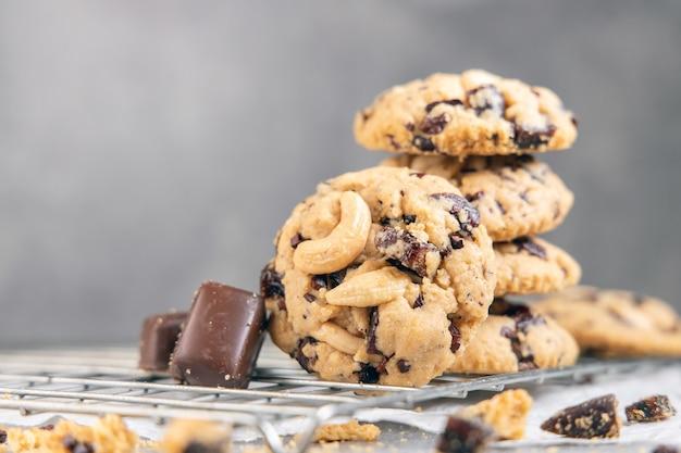 Stapel smakelijke chocoladekoekjes op grijze lijst