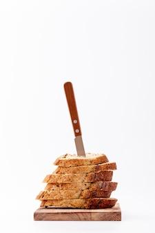Stapel sneetjes brood met mes bovenop