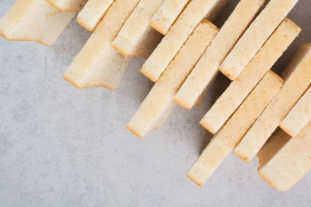 Stapel sneetjes brood op stenen oppervlak