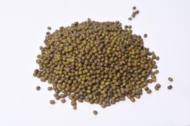 Stapel sojabonen zaden op witte achtergrond