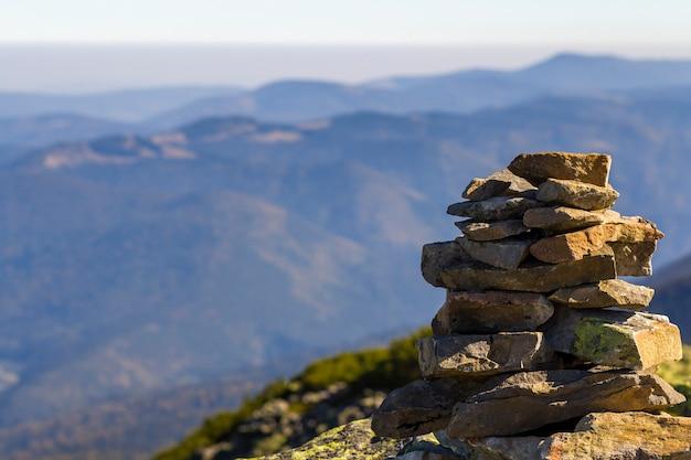 Stapel stenen bedekt met mos op de top van een berg op bergen scène. concept van evenwicht en harmonie. stapel zenrotsen. wilde natuur en geologie detail.