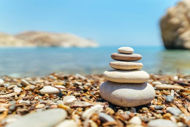 Stapel stenen op het strand dichtbij overzees