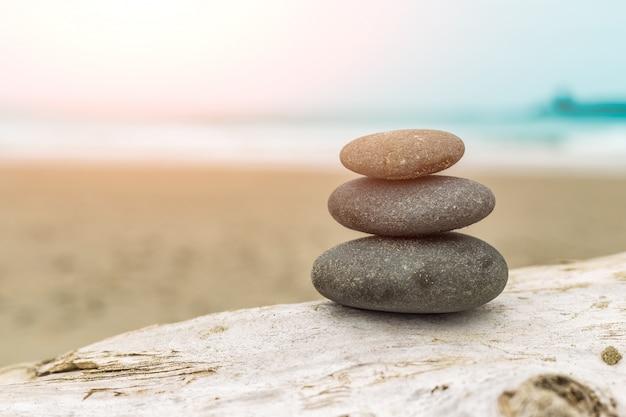 Stapel stenen op het strand