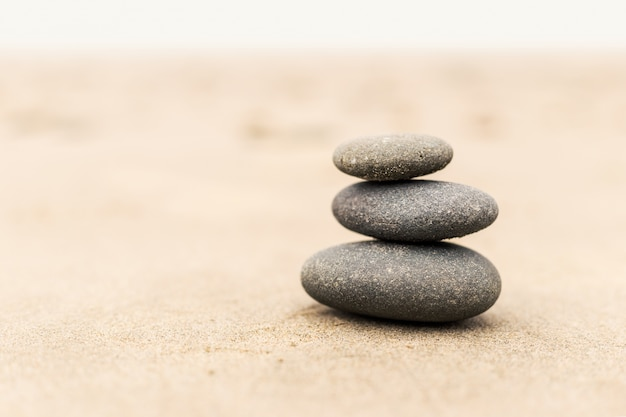 Stapel stenen op het zand