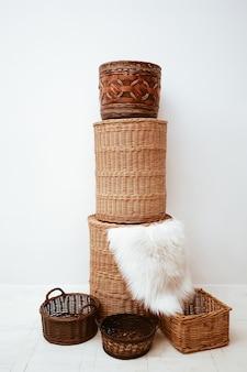 Stapel stijlvolle handgemaakte rieten rieten manden voor thuisopslag