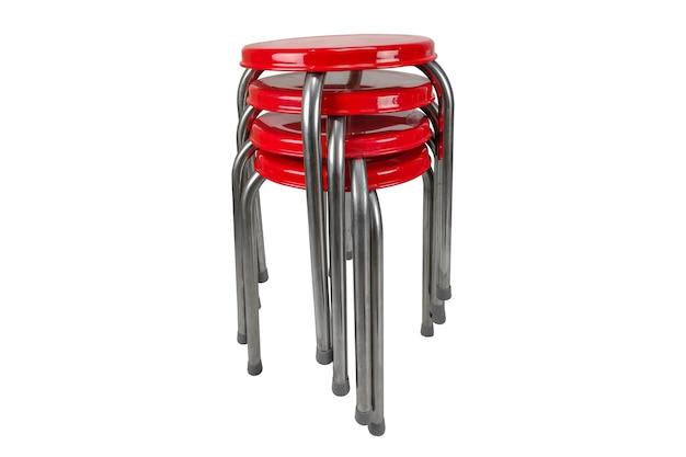 Stapel stoelen roestvrij op wit