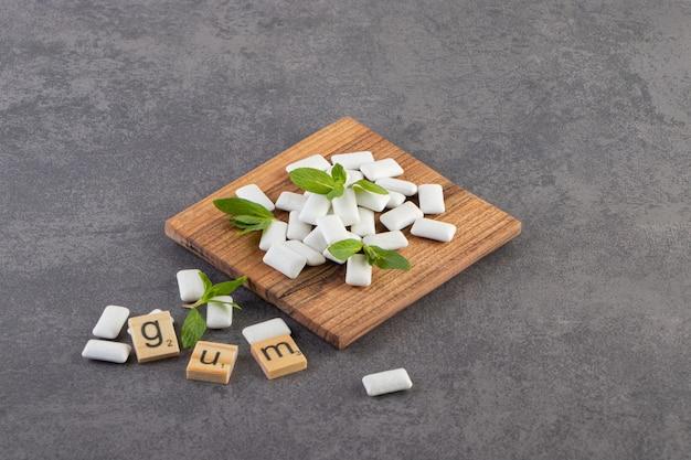 Stapel tandvlees op houten zwijnen dover grijze achtergrond.