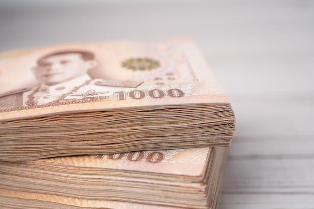 Stapel thaise baht-bankbiljetten op hout