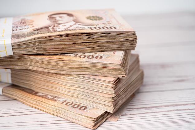 Stapel thaise bahtbankbiljetten op houten.