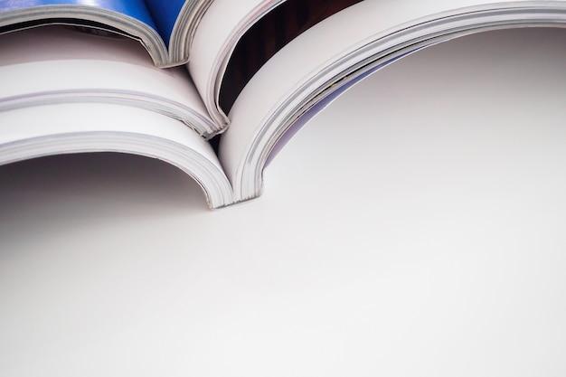 Stapel tijdschriften stapelen op witte tafel in de woonkamer, close-up
