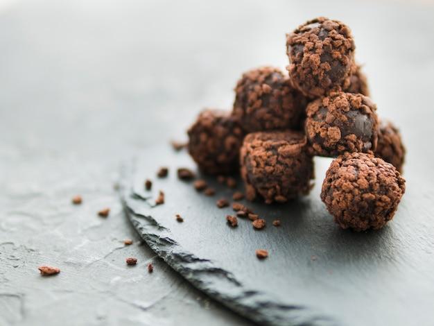 Stapel truffels op leisteen plaat