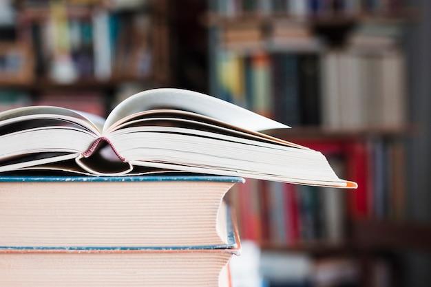 Stapel uitstekende hardcoverboeken