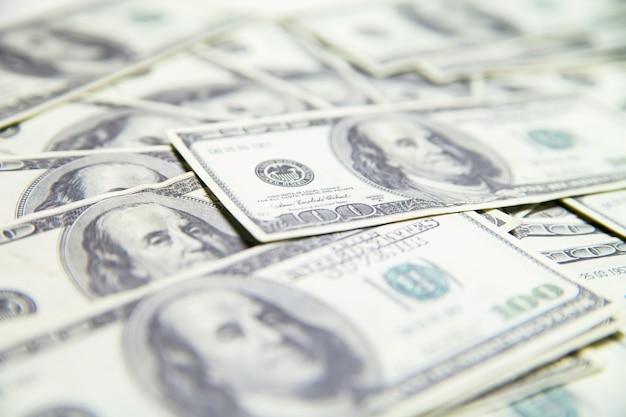 Stapel van 100 amerikaanse dollars geïsoleerd op witte achtergrond.