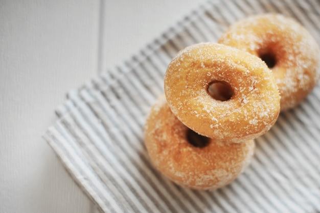 Stapel van amerikaanse donut op handdoek