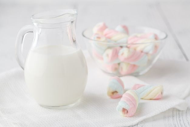 Stapel van amerikaanse gedraaide marshmallow op tafel met glas melk