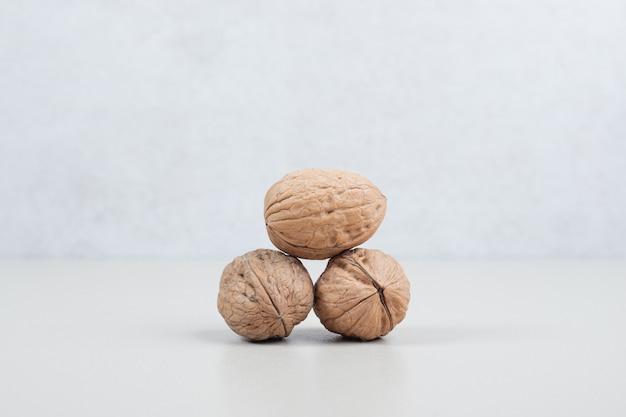 Stapel van biologische walnoten op beige oppervlak