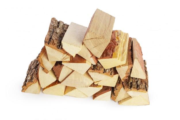 Stapel van brandhout op wit wordt geïsoleerd dat