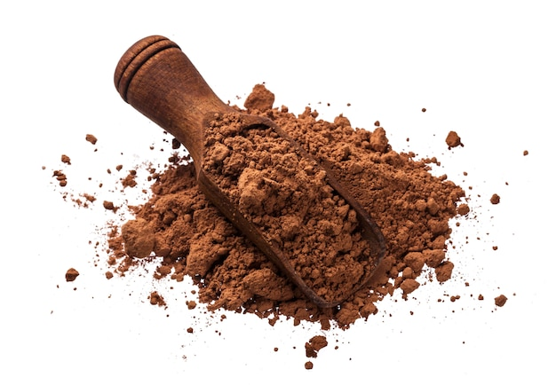 Stapel van cacaopoeder op wit wordt geïsoleerd dat