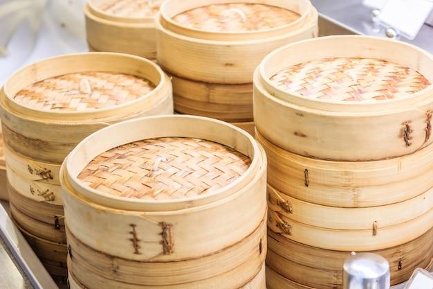 Stapel van chinese bamboestoomboot, dim sum in bamboestoomboot, chinese keuken
