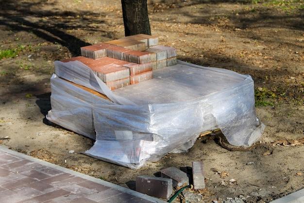 Stapel van de bestratingsplaten is klaar voor gebruik op de bouwplaats geplaatst