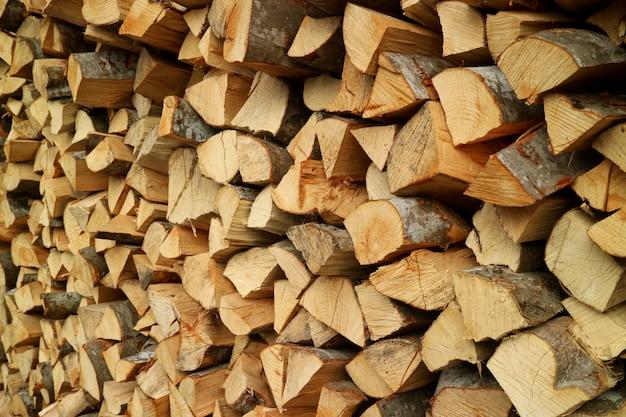 Stapel van de gehakte houtblokken voor brandhout
