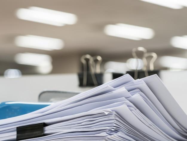 Stapel van document op de lijst, bedrijfsconcept