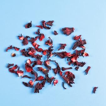 Stapel van droge kruidenthee van hibiscus karkade
