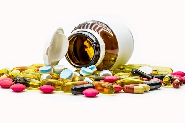 Stapel van geneeskundepillen en vitaminecapsules