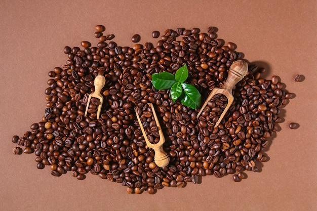 Stapel van geroosterde bruine koffiebonen