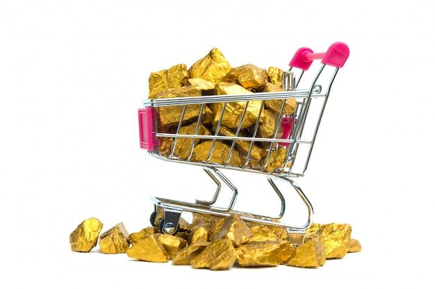 Stapel van goudklompjes of gouden erts in boodschappenwagentje of supermarktkarretje
