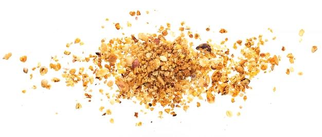 Stapel van granola met noten op witte ondergrond