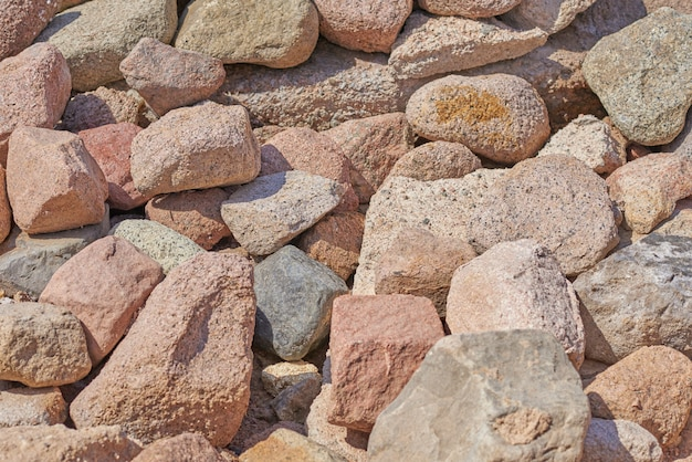 Stapel van grote rotsen keien. achtergrond van de bruine stenen