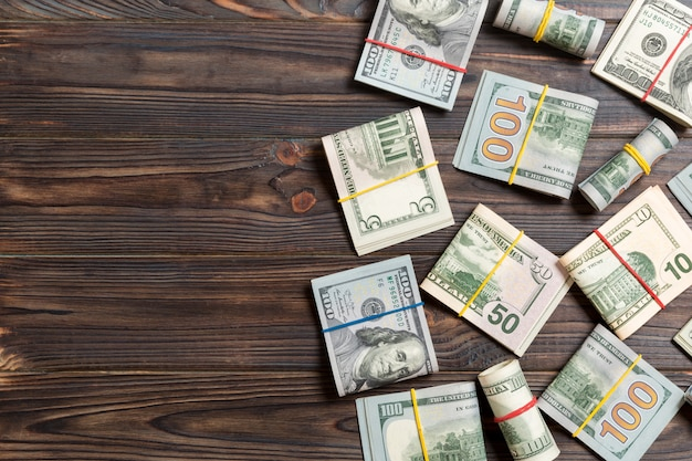 Stapel van honderd amerikaanse dollar rekeningengeld op gekleurde achtergrond