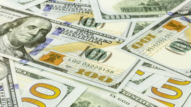 Stapel van honderd dollar bankbiljetten