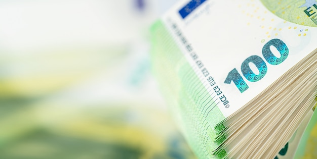 Stapel van honderd euro rekening. ruimte kopiëren, close-up