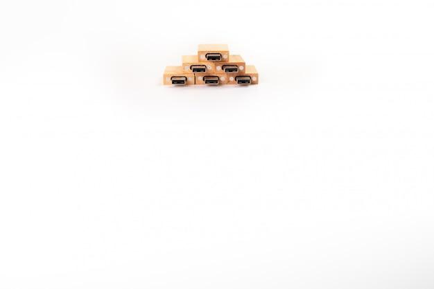 Stapel van houten pendrive geheugen usb die op witte achtergrond wordt geïsoleerd.