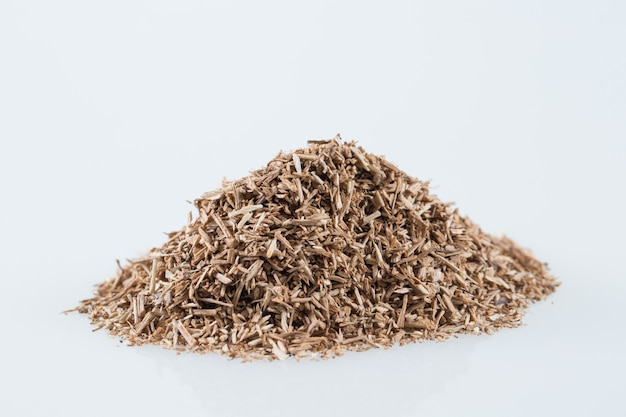 Stapel van houten rokende spaanders die op wit worden geïsoleerd.