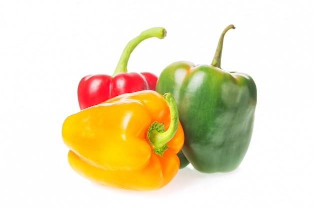 Stapel van kleurrijke geïsoleerde groene paprika's gele, rode en groene paprika.